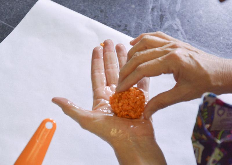 Poner spray de aceite en las manos y hacer bolas con el cereal.