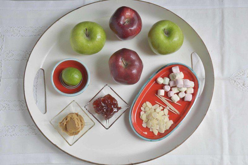 Ingredientes para receta 2 piezas de manzana verde 2 piezas de manzana roja 1 pieza de limón almendra rebanada al gusto mantequilla de cacahuate al gusto mermelada de fresa al gusto malvaviscos miniatura al gusto Help palillos al gusto