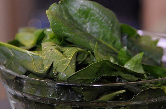 Lavar bien las hojas de espinaca y picar en trozos pequeños.