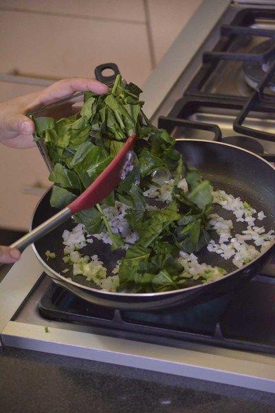 Añadir las espinacas picadas y continuar cociendo un par de minutos más.