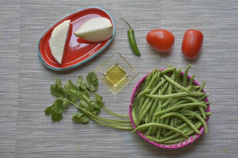 Ingredientes para receta 400 gramos de ejotes 1/4 pieza de cebolla blanca 2 piezas de jitomate guaje 1 pieza de chile serrano 6 ramas de cilantro 100 gramos de queso panela sal al gusto 1 cucharada de aceite de oliva