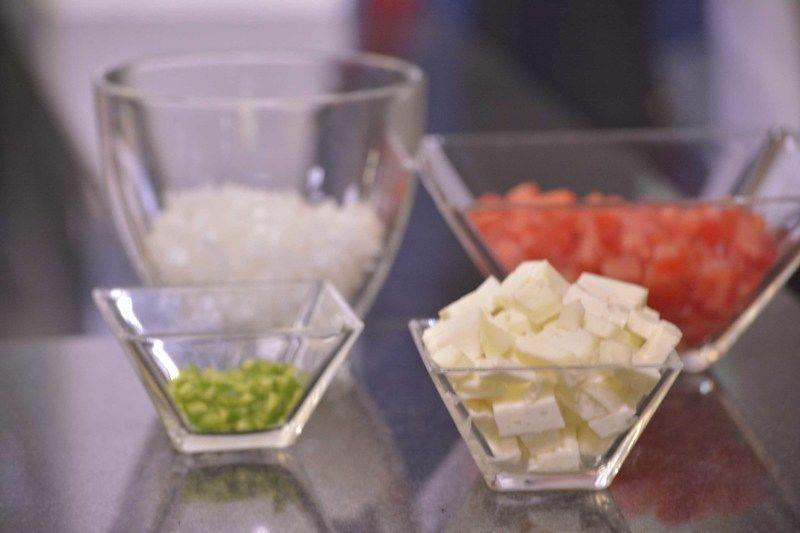 Picar el jitomate guaje y queso en cuadros pequeños, la cebolla, cilantro y chile serrano finamente.