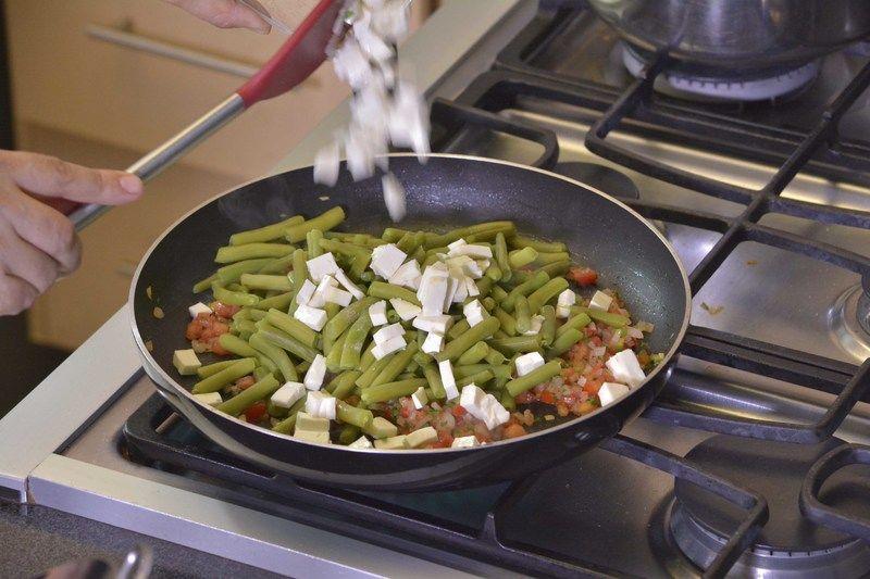 Añadir queso picado revolver bien y rectificar sazón.