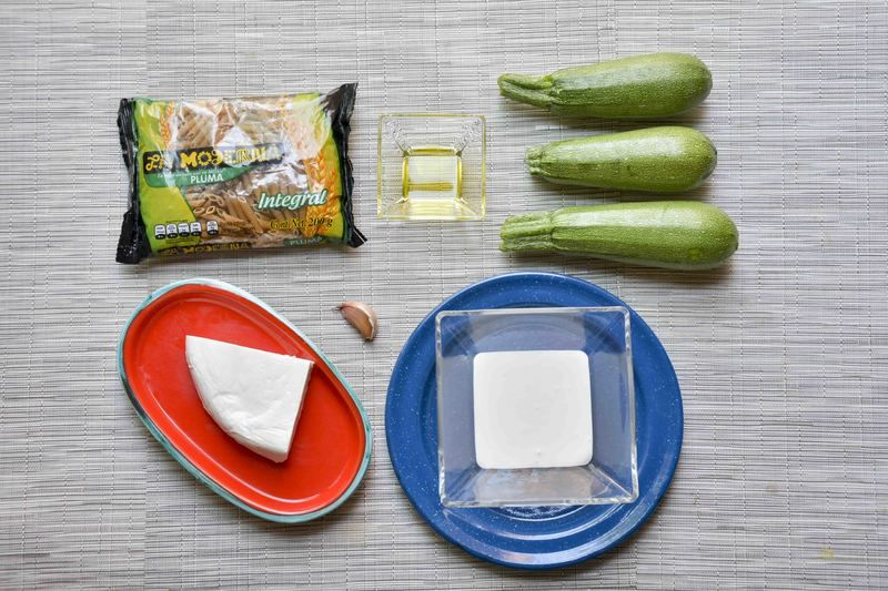 Ingredientes para receta 200 gramos de pasta de pluma La Moderna Help 3 piezas de calabacita italiana 1 diente de ajo 1 cucharada de aceite de oliva 1/2 taza de crema de leche de vaca queso fresco al gusto sal al gusto