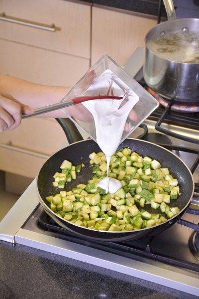 Agregar la crema revolver bien para integrar los ingredientes.