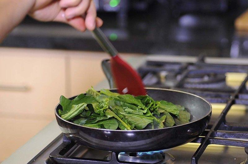 Agregar las hojas de espinaca y continuar cociendo unos minutos más.