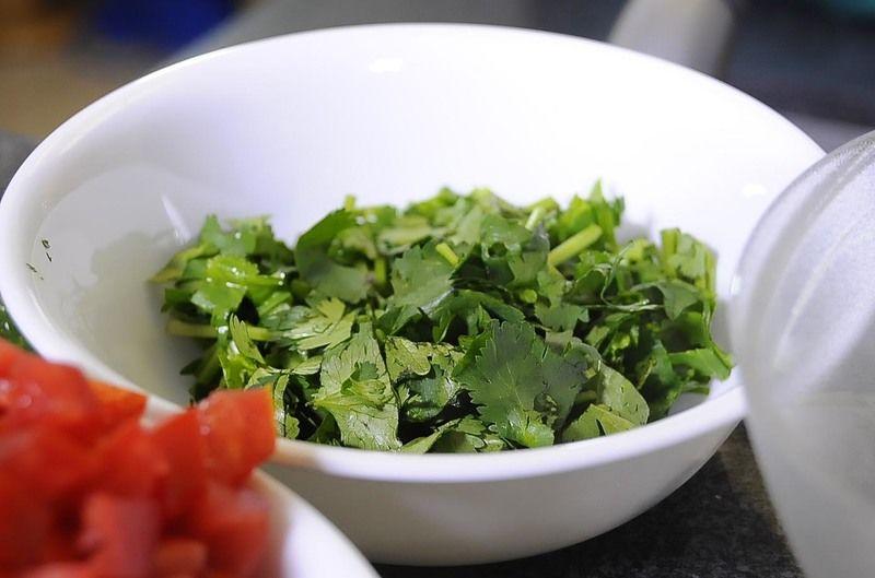 Enjuagar muy bien con agua las espinacas, descartando el tallo y cortar en trozos medianos.
