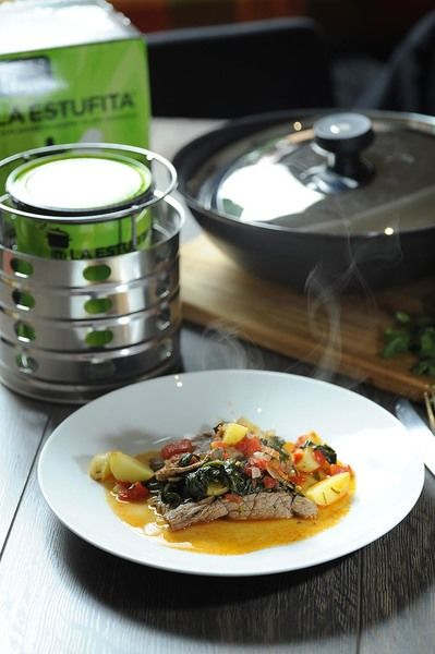 Tapar y dejar cocer unos minutos más para que se integren todos los ingredientes. Servir con arroz o frijoles refritos.
