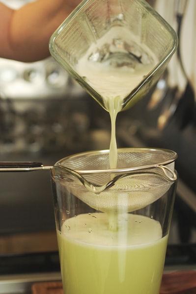 Colar y verter dentro de la jarra con el resto del agua.