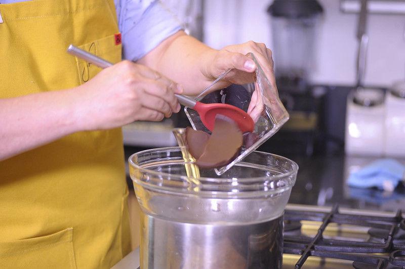 Colocar una olla con agua y encima un tazón de vidrio. Agregar el chocolate.