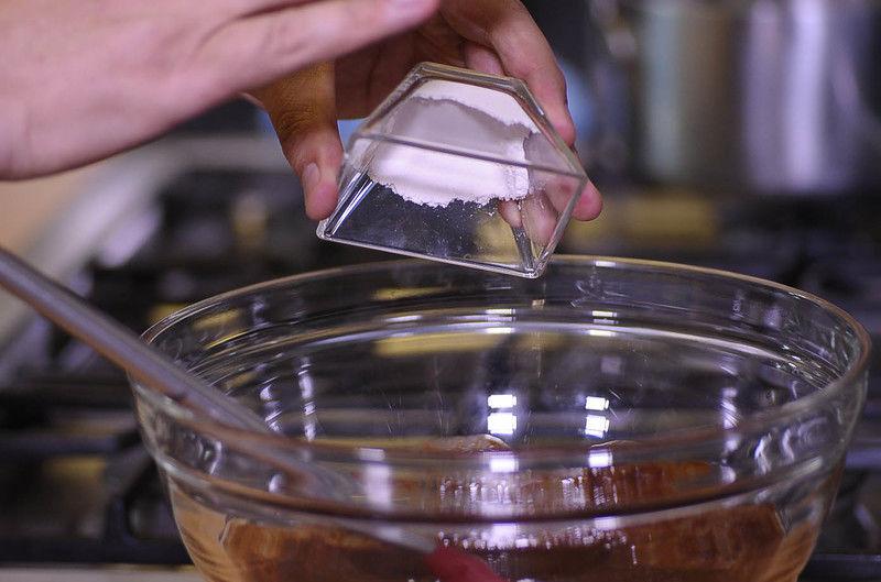 Agregar harina revolver bien con la pala hasta integrar todos los ingredientes.