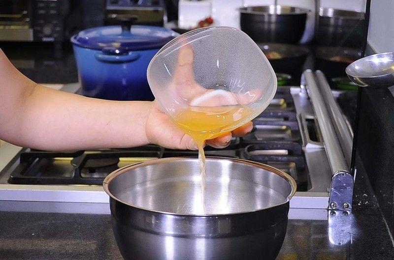 Colocar el huevo y el jugo de mandarina en un tazón.Batir con un batidor de globo hasta que espume un poco.