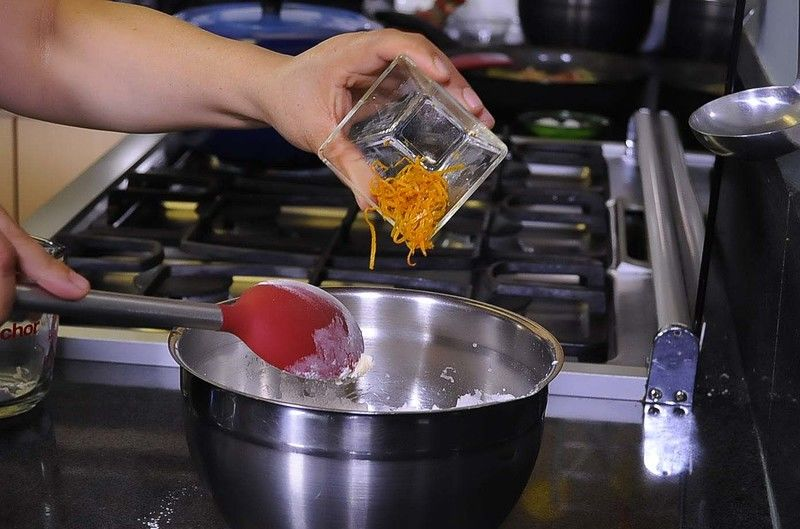 Añadir el azúcar, y la ralladura de la cáscara de una mandarina, mezclar bien.