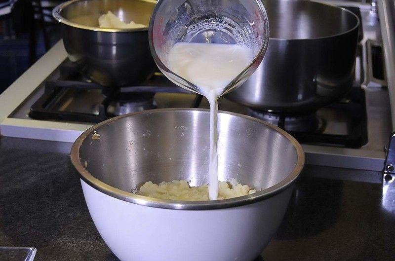 Agrega al puré de papa la leche con la mantequilla.
