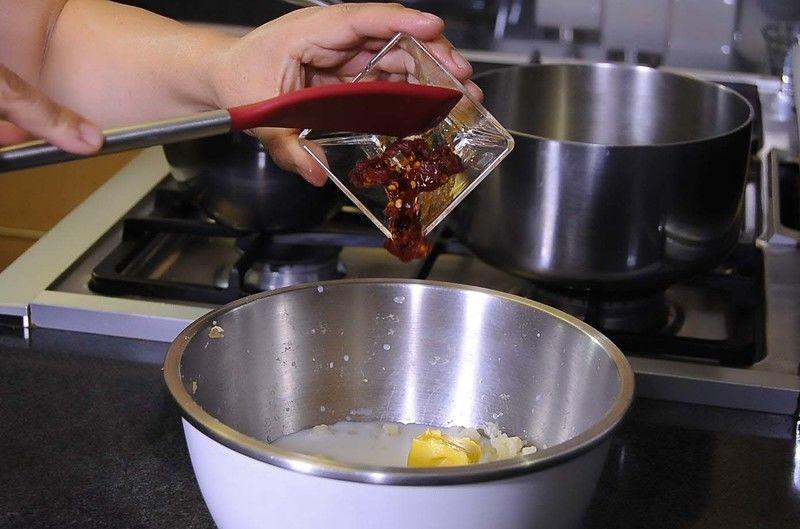 Agregar 2 huevos y el chipotle picado, mezclar muy bien y sazonar con sal.