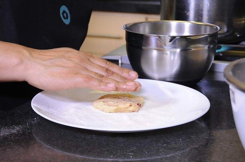 Formar tortitas de un dedo de grosor, enharínalas con Harina de Arroz Tres Estrellas®.