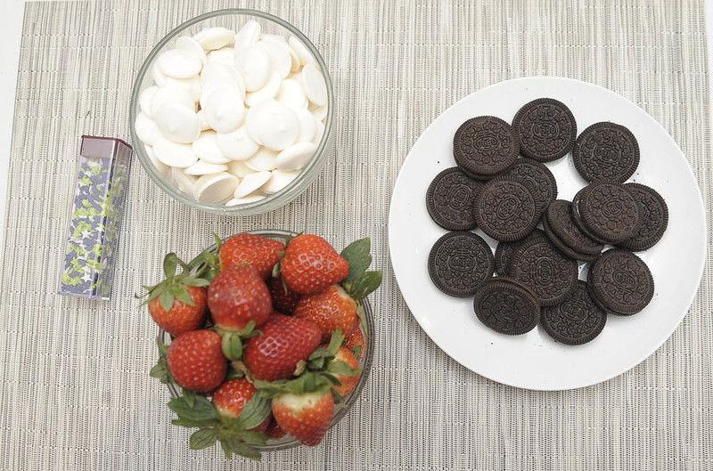 Ingredientes para receta colorante verde vegetal al gusto Help 300 gramos de fresas 15 piezas de galletas oreo grageas, estrellas para decorar al gusto 350 gramos de chocolate sucedaneo