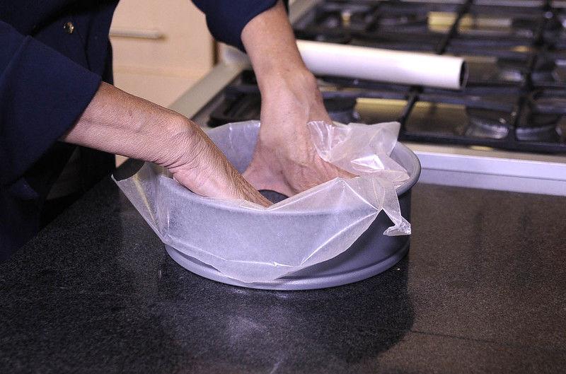 Precalentar el horno a 180C Derretir la mantequilla en el microondas y dejar enfriar. Engrasar un molde desmoldable y forrar con papel encerado