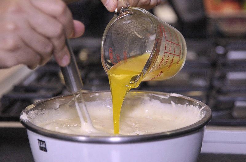 Agregar la mezcla de harina con movimientos envolventes, añadir la mantequilla derretida y pistaches.