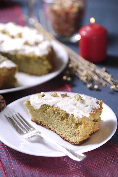 Dejar enfriar, desmoldar y decorar con pistaches y azúcar glass.