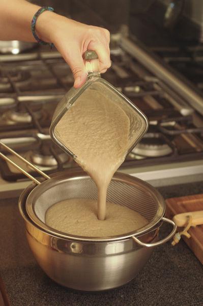Dejar enfriar un poco, licuar la mezcla y pasarla por un colador.