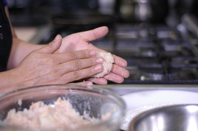 Tomar un poco de la mezcla de atún con las manos y formar una tortita.
