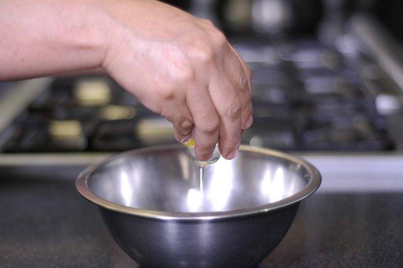 Agregar el huevo al tazón y batir con la ayuda del globo. Colocar la harina de trigo en un plato.