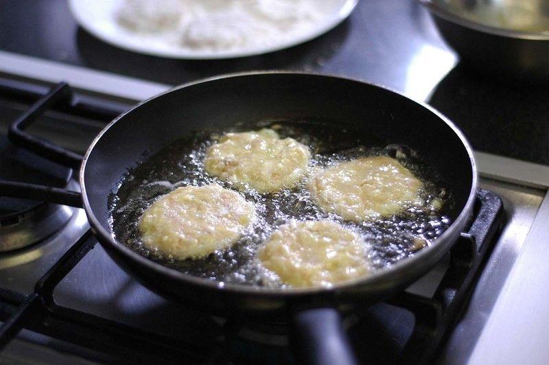 Calentar el aceite en un sartén y cuando este caliente sofreír las tortitas unos minutos de cada lado o hasta que se vean doradas pero no quemadas.