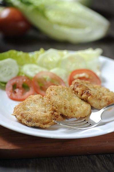Para servir colocar las tortitas en el plato, decorar con hojas de lechuga rodajas de jitomate y pepino.