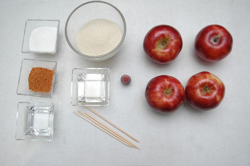 Ingredientes para receta 4 piezas de manzana roja 1/4 taza de miel de maíz 4 piezas de palos de madera colorante rojo vegetal al gusto 1 taza de azúcar blanca 1/3 taza de agua la necesaria Ingredientes para decorar 1/4 taza de chile en polvo listón rojo al gusto Nuevo 1/4 taza de azúcar blanca