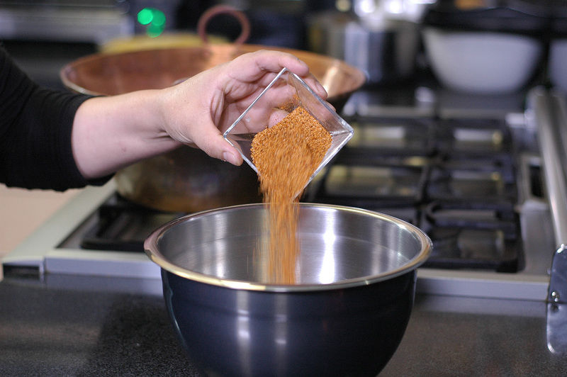 Colocar el azúcar y el chile para el decorado en un tazón y revolver bien.