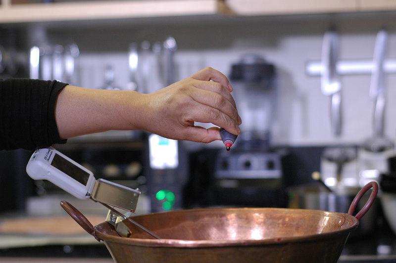 Agregar 8 gotas de colorante rojo y mezclar nuevamente.