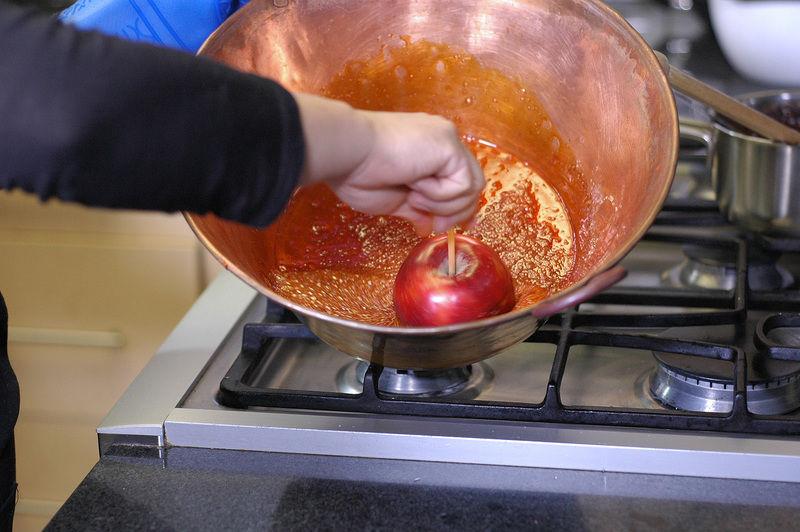 Pasar las manzanas por el caramelo rápidamente.