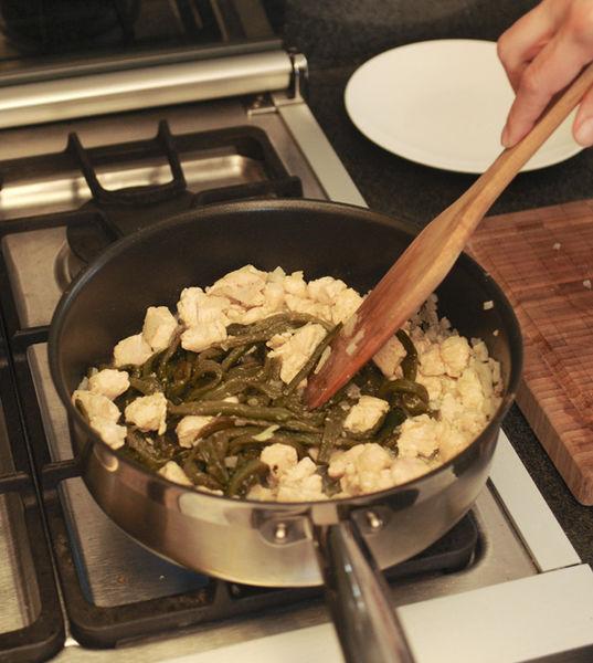 Agregar las rajas y continuar cociendo de 3 a 4 minutos.
