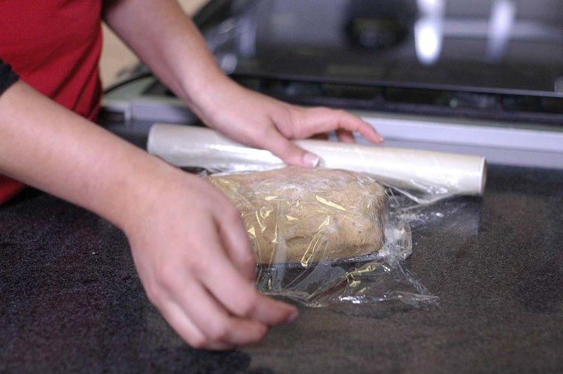Cubrir la masa con plástico y refrigerar durante una hora.
