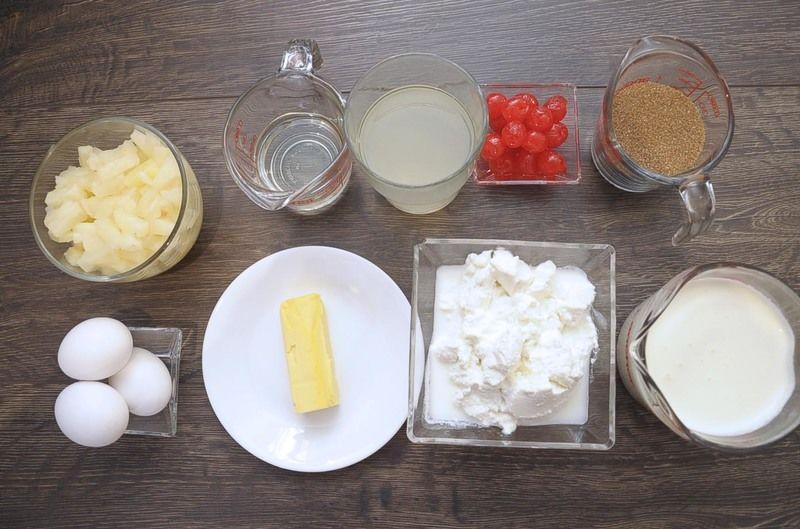Ingredientes para receta 1 lata de piña en almíbar 1 pieza de caja de harina preparada sabor vainilla 1/2 taza de aceite vegetal comestible 3 piezas de huevo 70 gramos de mantequilla 1 taza de jugo de piña de almíbar cerezas en almíbar al gusto 2/3 taza de azúcar morena