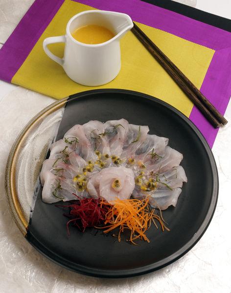 Servir el pescado bañado con la salsa y decorar con zanahoria y betabel en rajitas delgadas.