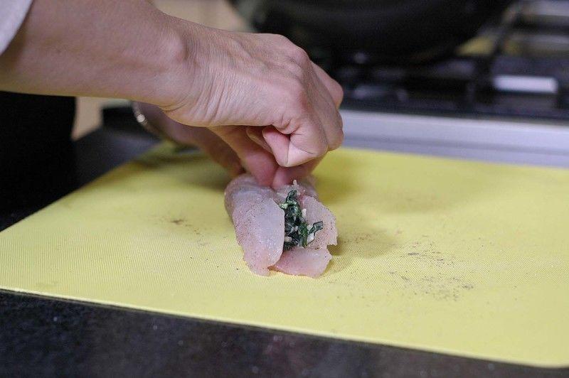 Enrollar para formar el rollo y sujetar con un palillo para que no se abran.