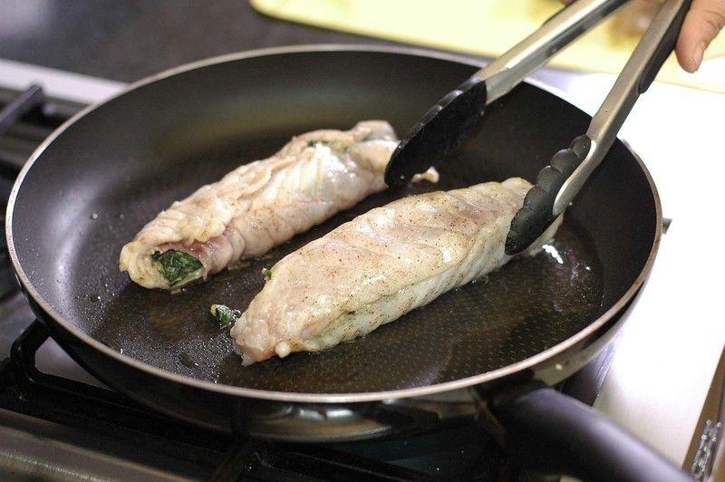 Calentar una cuchara de aceite y cuando esté caliente sellar cada filete por ambos lados hasta que estén cocidos.