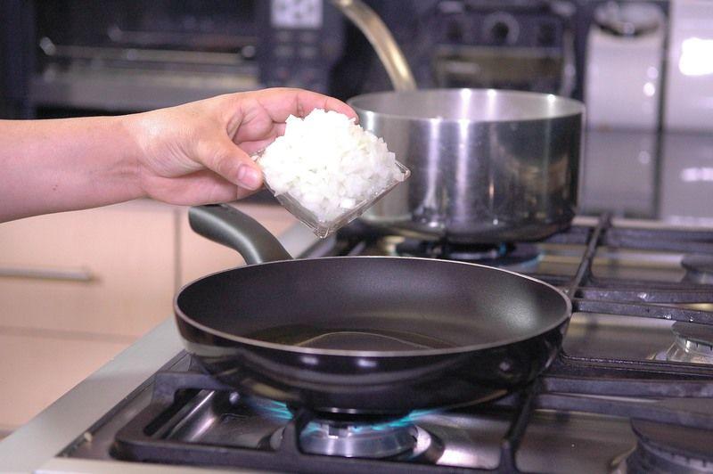 Calentar la cucharada de aceite en el sartén y cuando esté caliente sofreír la cebolla y ajo durante un par de minutos.