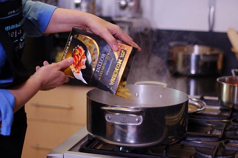 Para cocer la pasta, poner mucha agua a hervir, agregar sal y cuando recupere el hervor agregar la pasta. Cocer a fuego medio hasta que la pasta esté al dente, firme por dentro y suave por fuera.