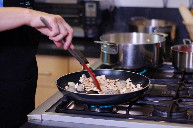Calentar un poco de aceite en un sartén a fuego medio. Agregar los camarones limpios y los champiñones, cocer hasta que los camarones tomen un color rosa.
