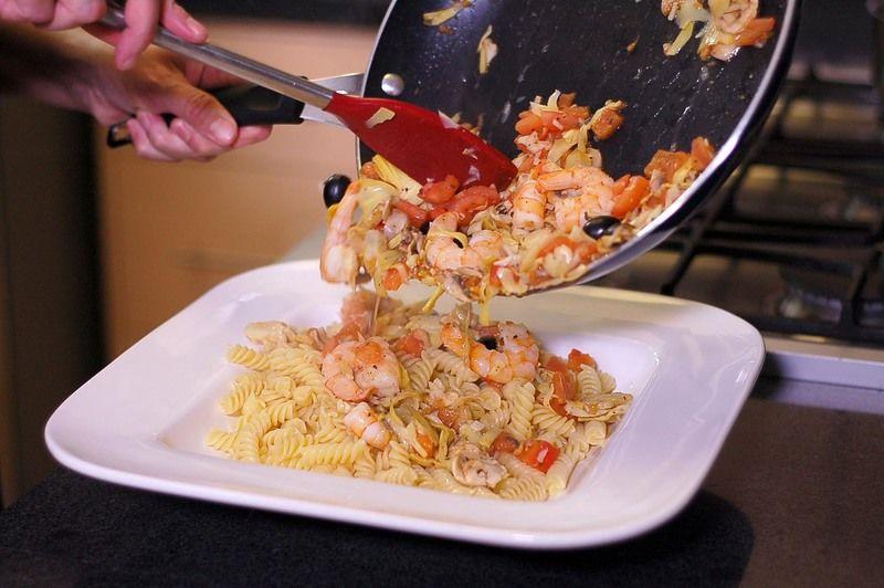 Colocar la pasta en una ensaladera y agregar la salsa.