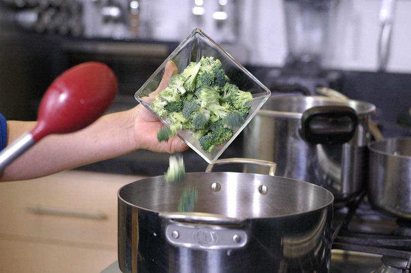 Añadir la zanahoria, los floretes de brócoli.