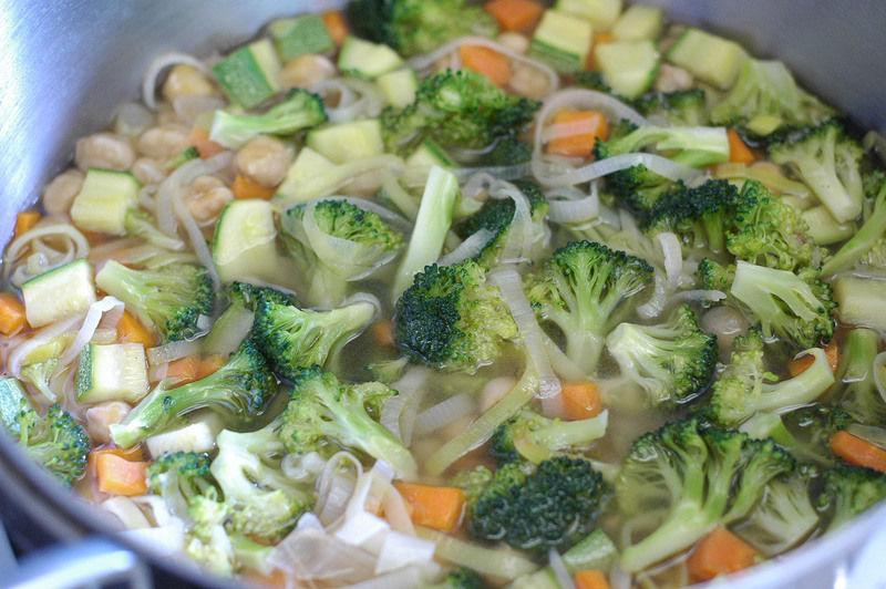 Agregamos los garbanzos con un poco del caldo dónde se cocieron, sazonamos con comino, pimienta y sal si fuera necesario.