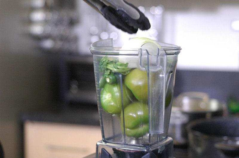 Colocar en el vaso de la licuadora los tomates verdes, chile serrano, ajo, cilantro y cebolla moler bién hasta obtener una mezcla homogénea.