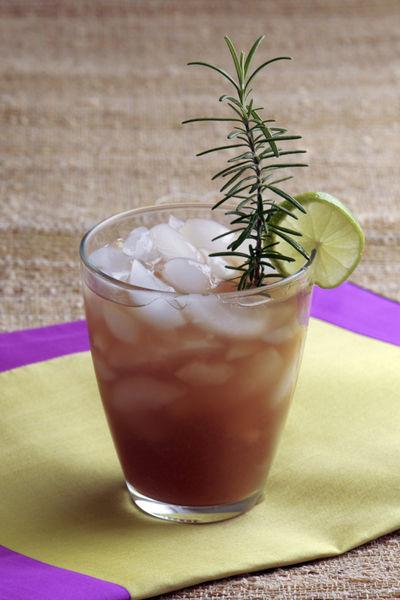 Servir sobre hielo y decorar con una rebanada de limón en cada vaso.
