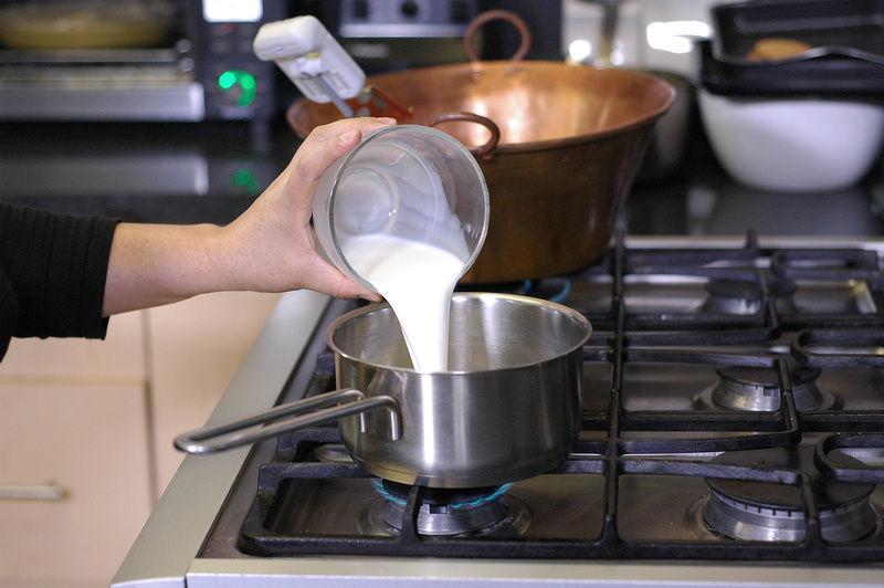 Para la salsa de chocolate; Poner a hervir la leche con el chocolate hasta que se disuelva por completo. Reservar.