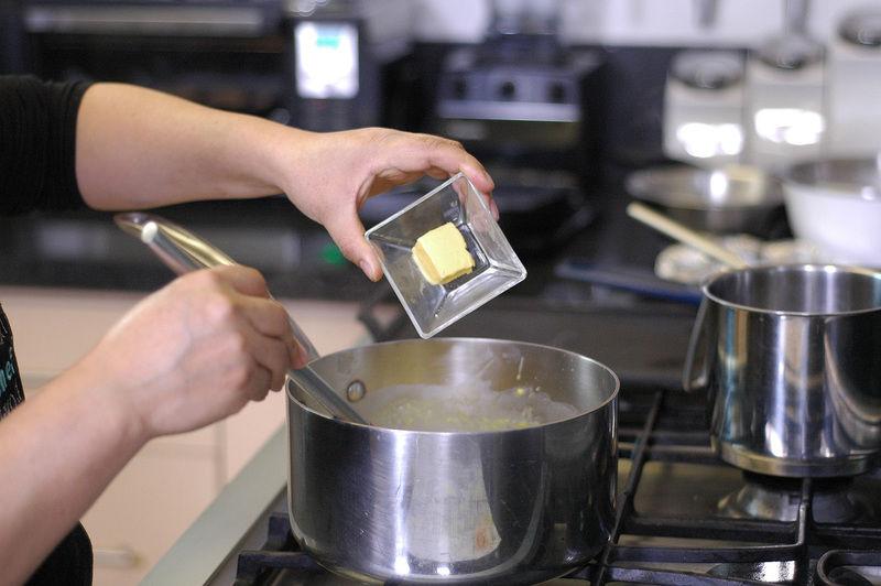 Añadir la mantequilla y revolver bien para integrar todos los ingredientes.