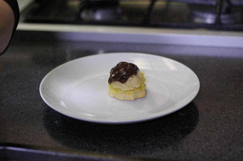 Rellenar de crema pastelera cada uno y cubrir con el chocolate.
